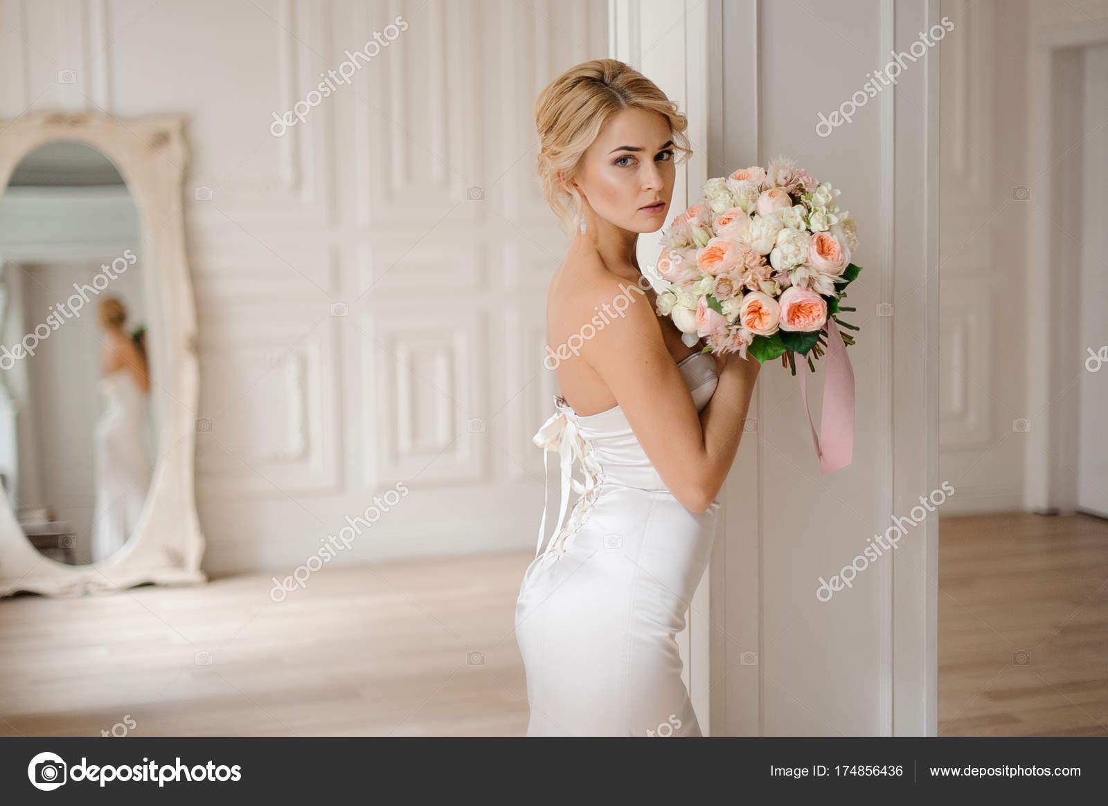 Witte Jurk Op Een Bruiloft.Mooie Blonde Bruid In De Elegante Witte Jurk Houdt Een Bruiloft