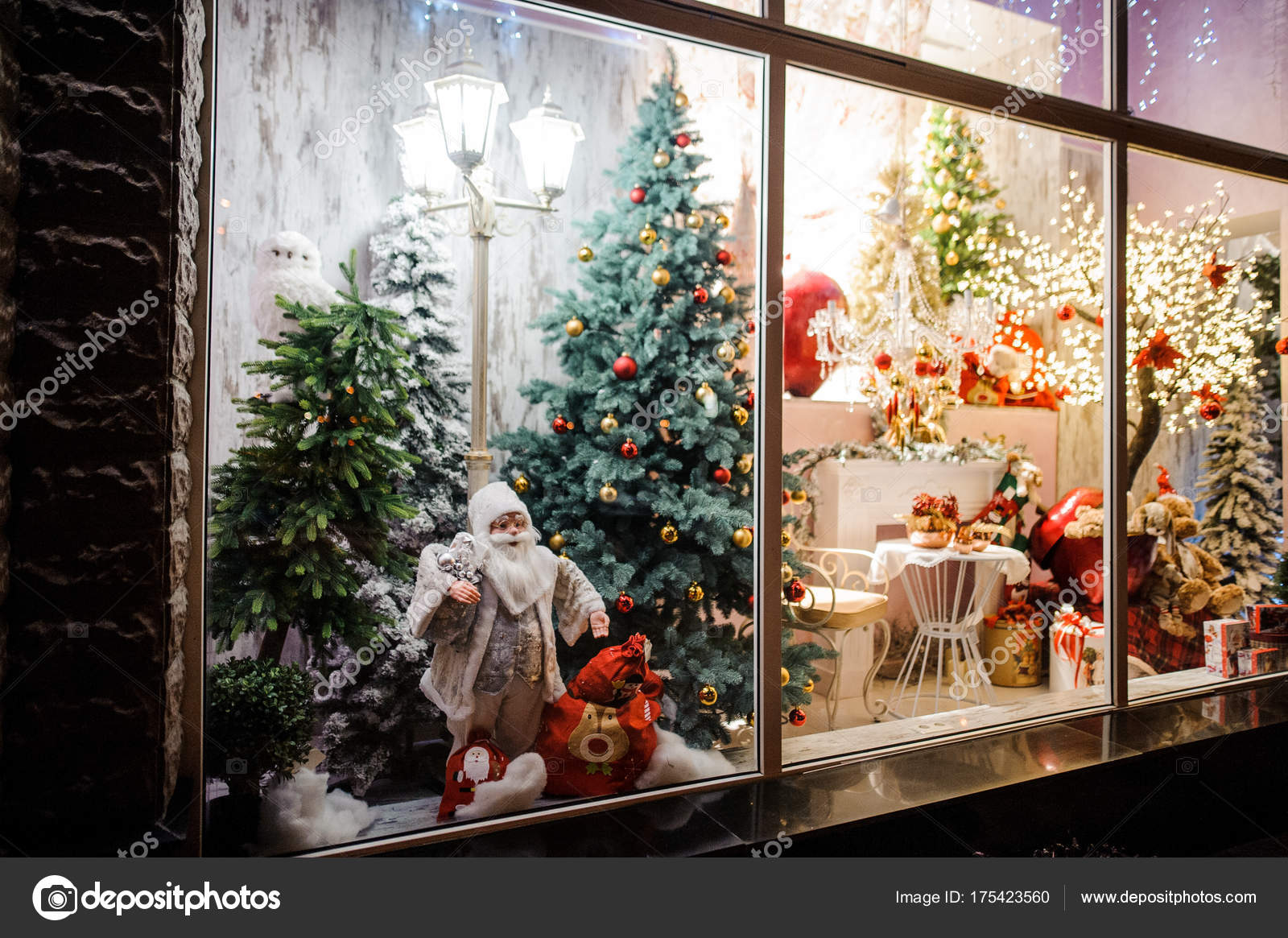 Beautiful and bright showcase of shop with Christmas gifts — Stock ...