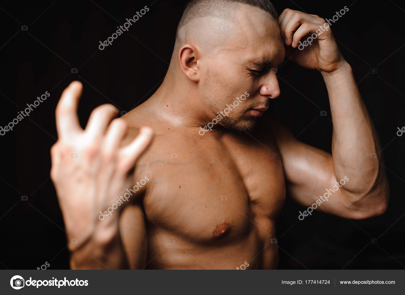 Сексуальный загорелый парень