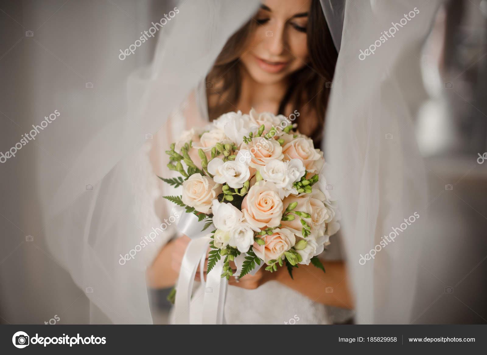 8bcad667c89 Προετοιμασία νύφης το πρωί. Πορτρέτο του όμορφη νύφη σε ένα λευκό ...