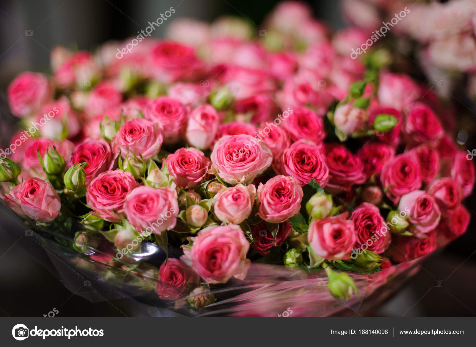 Beautiful bouquet of flowers consisting of little pink roses — Stock ...