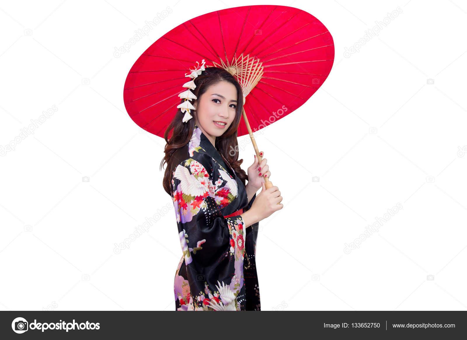 ef4ca74dd Hermosa mujer asiática joven vistiendo kimono Japon tradicional con  paraguas rojo aislado sobre fondo blanco —