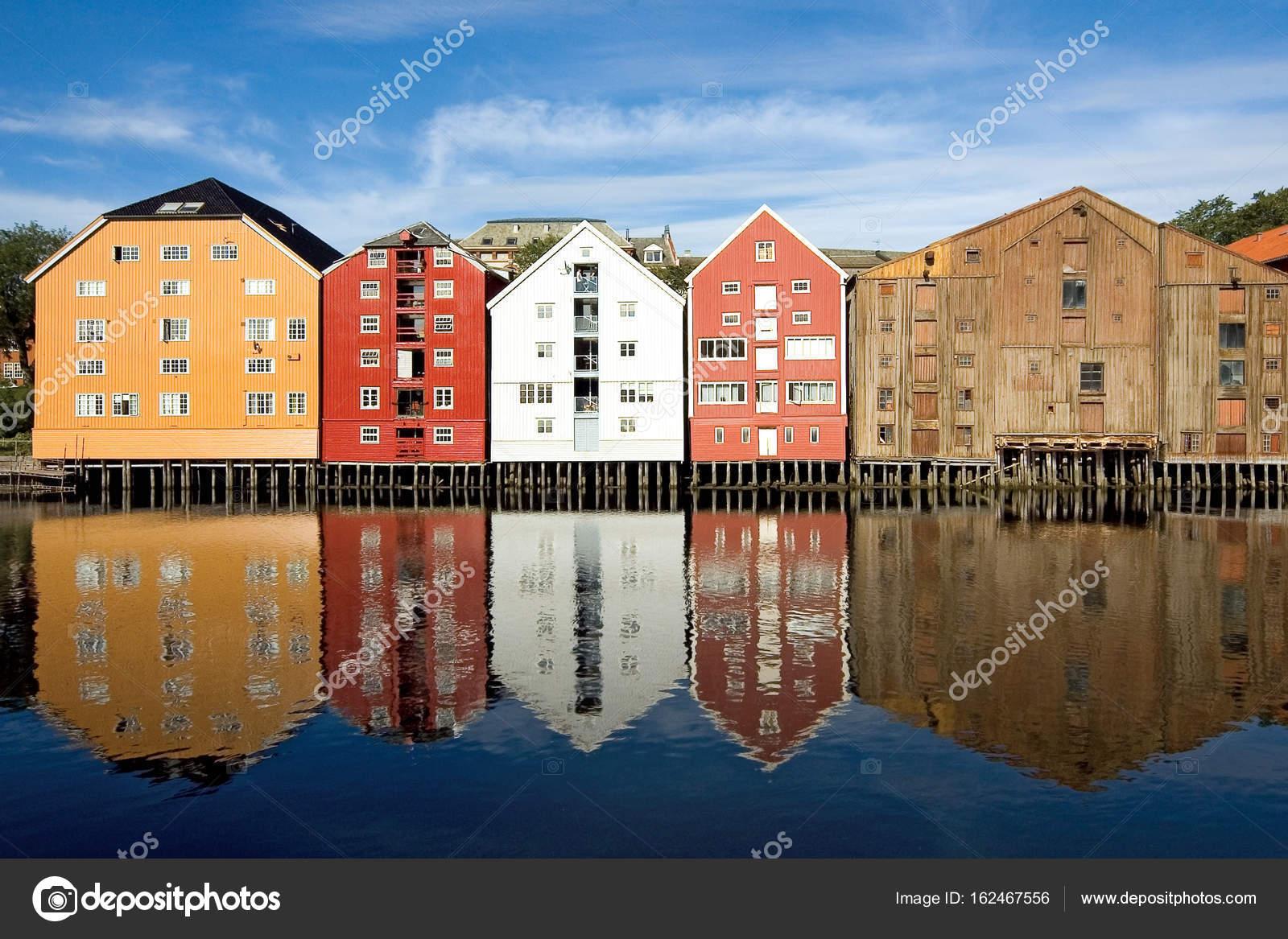 Trondheim Case Di Legno Variopinte Lungo Le Rive Del Fiordo Foto