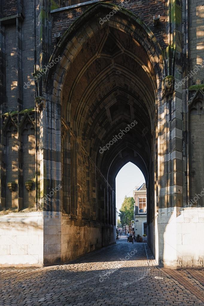 Poort van de toren van de dom in de oude stad utrecht for Cafe de poort utrecht