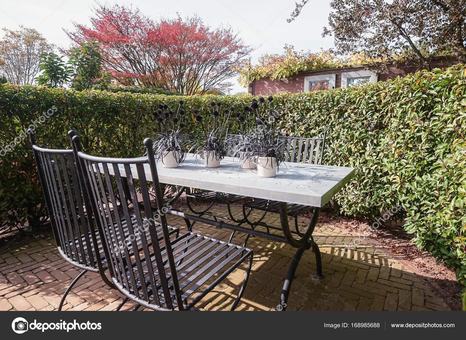 La table de jardin ensemble est décorée avec des blocs de bois sur ...