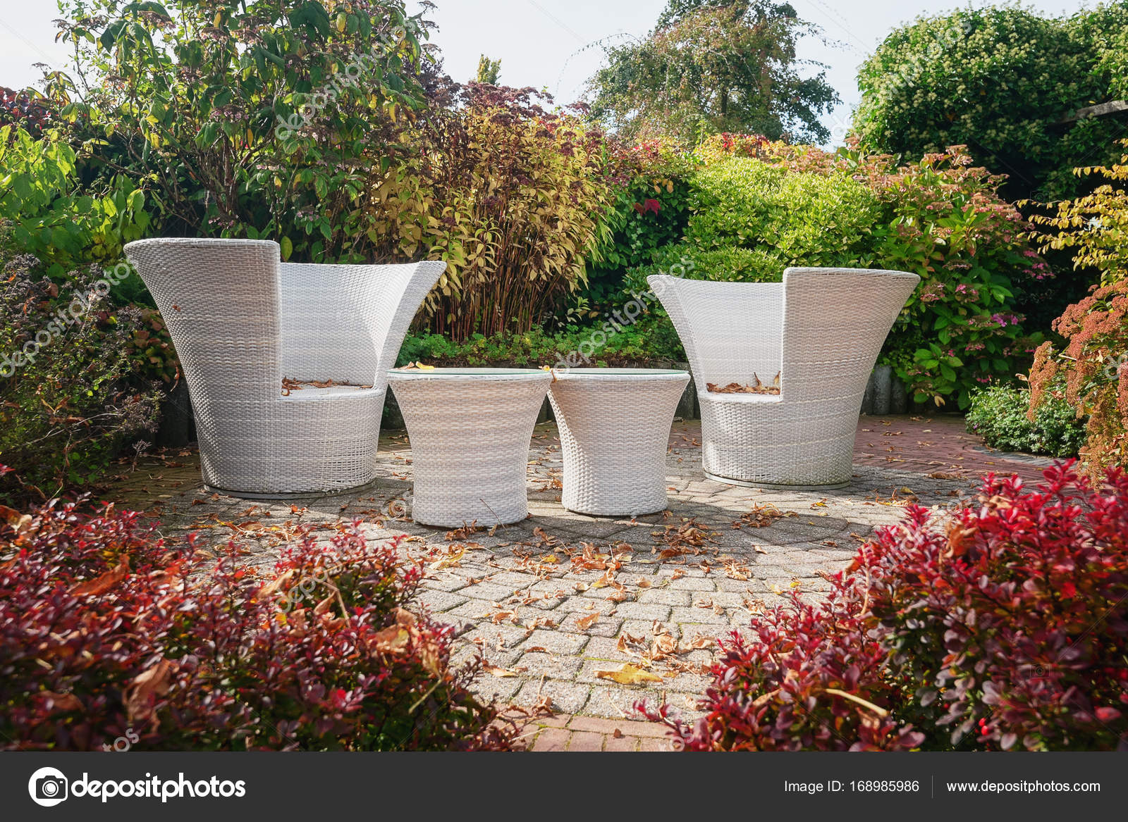 Due bianchi giardino sedie e tavoli moderni sul patio nella ga