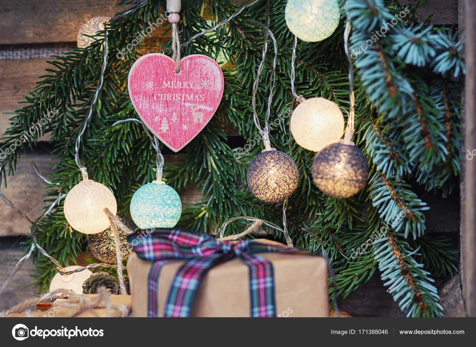 Beleuchtete Christbaumkugeln.Gruß Zu Weihnachten In Einem Weihnachts Zweig Mit Beleuchtete