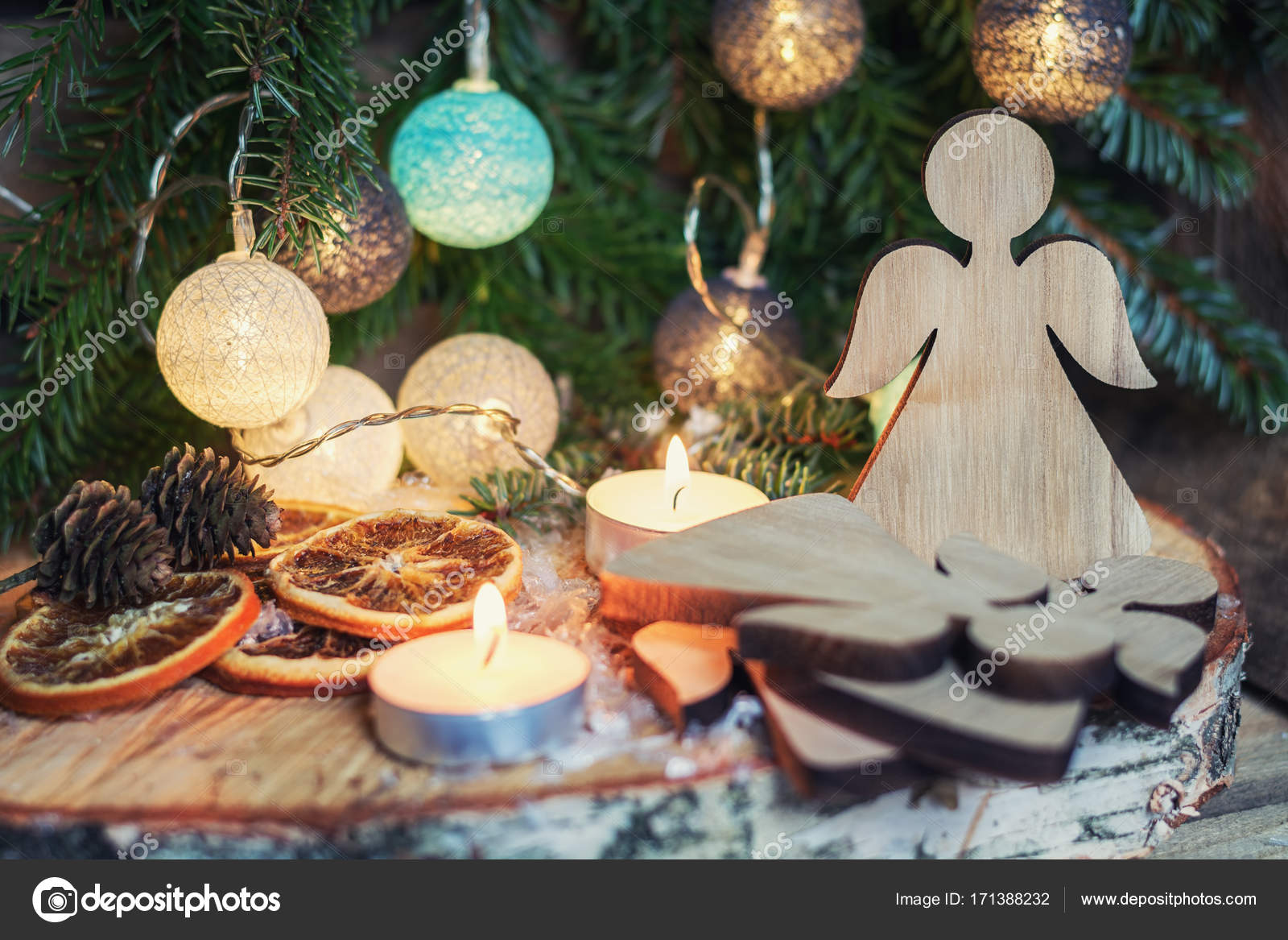 Beleuchtete Christbaumkugeln.Hölzerne Engel Vor Ein Weihnachts Zweig Mit Beleuchtete