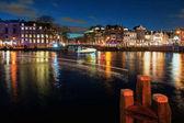 Most ve starém městě Amsterdamu večer