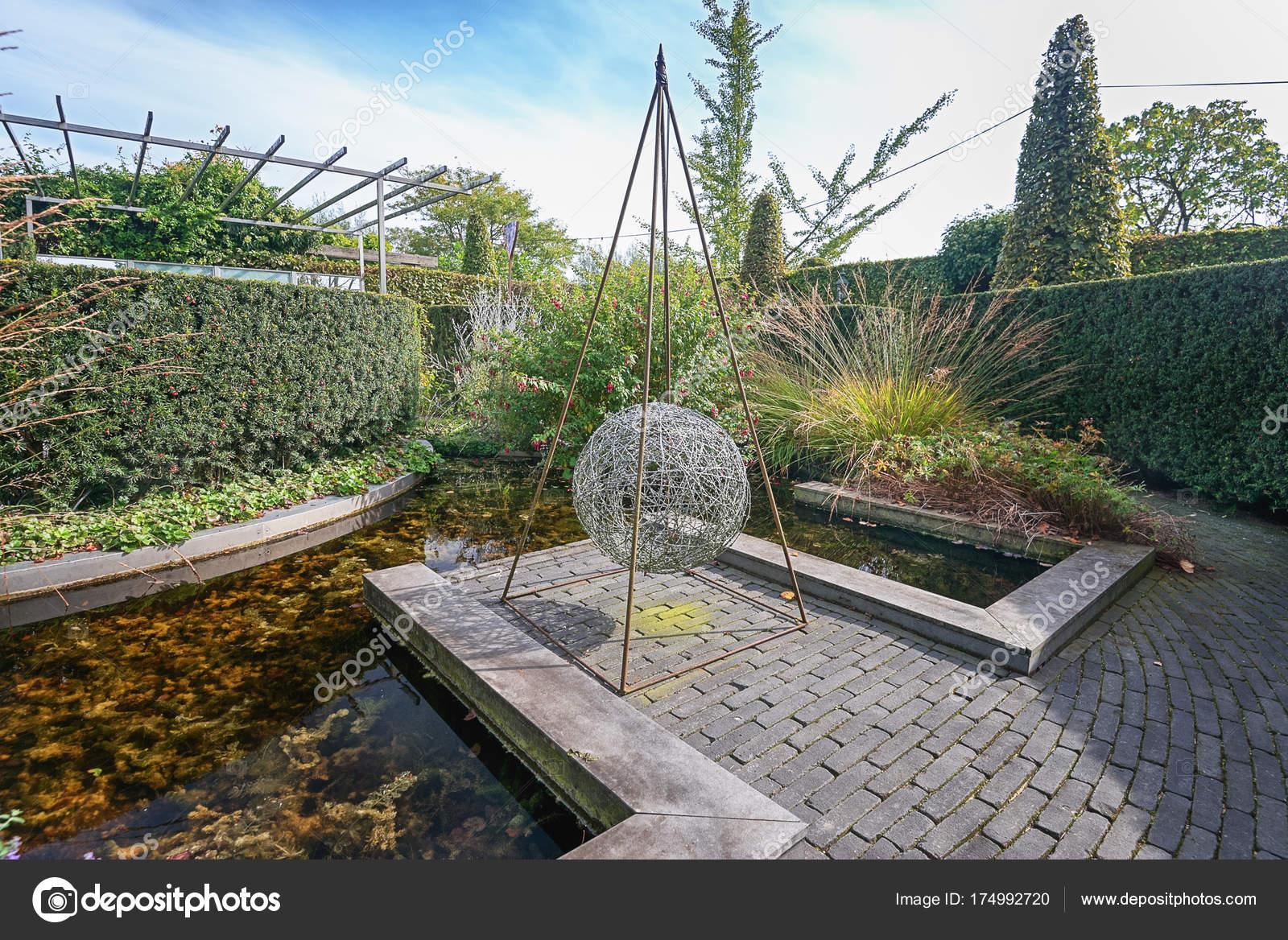 Elementi Decorativi Da Giardino : Elemento decorativo metallo arte in giardino u foto editoriale