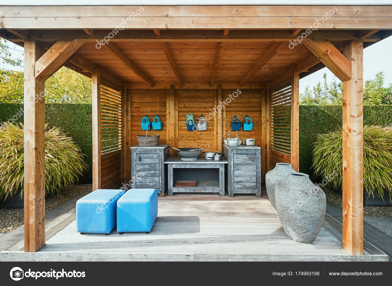 Gazebo con cucina in giardino — Foto Editoriale Stock © Julia700702 ...