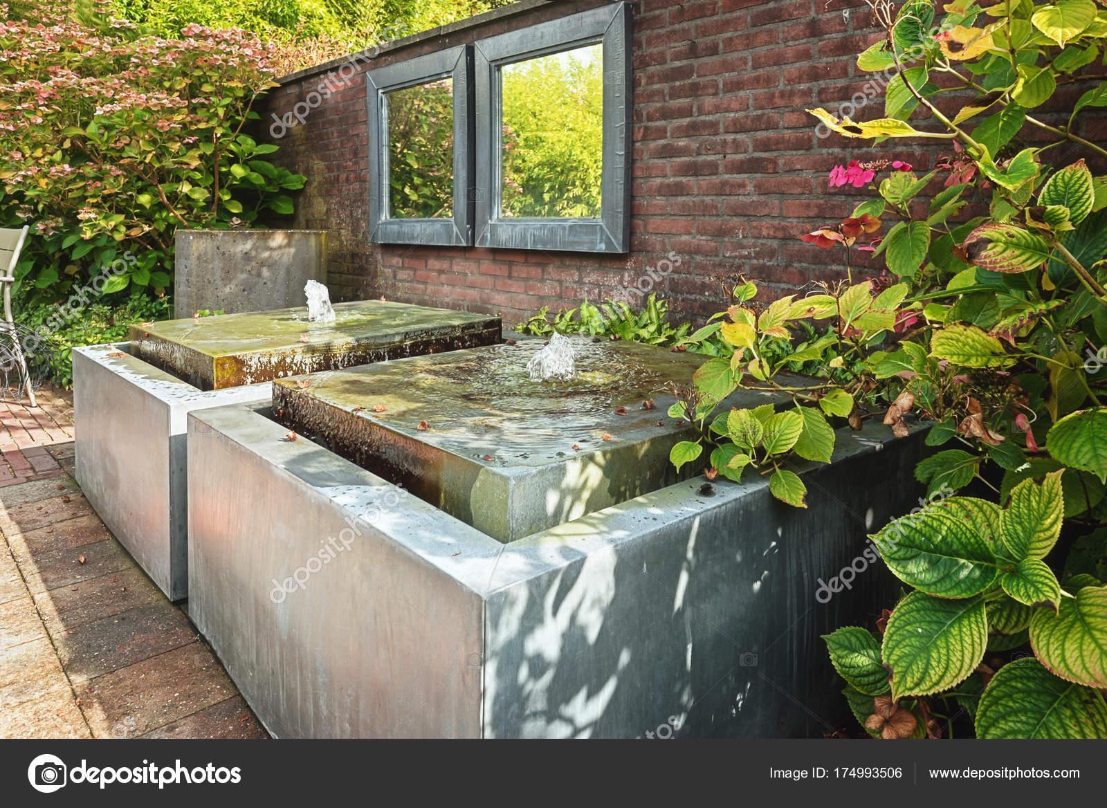 Dos Espejos En El Muro Del Jardín Con Dos Elemento De Agua