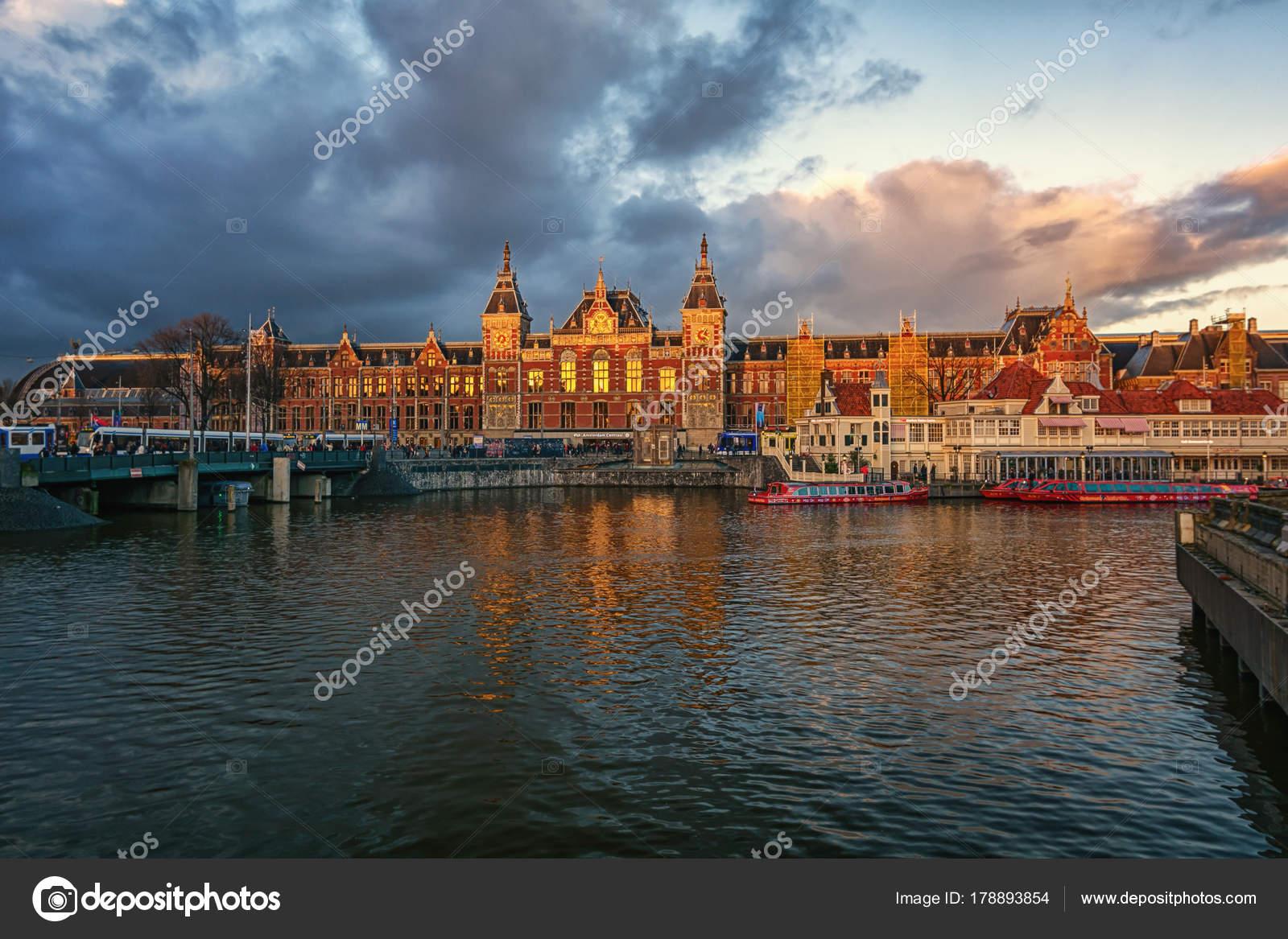 Licht Tour Amsterdam : Der hauptbahnhof von amsterdam im licht der untergehenden sonne