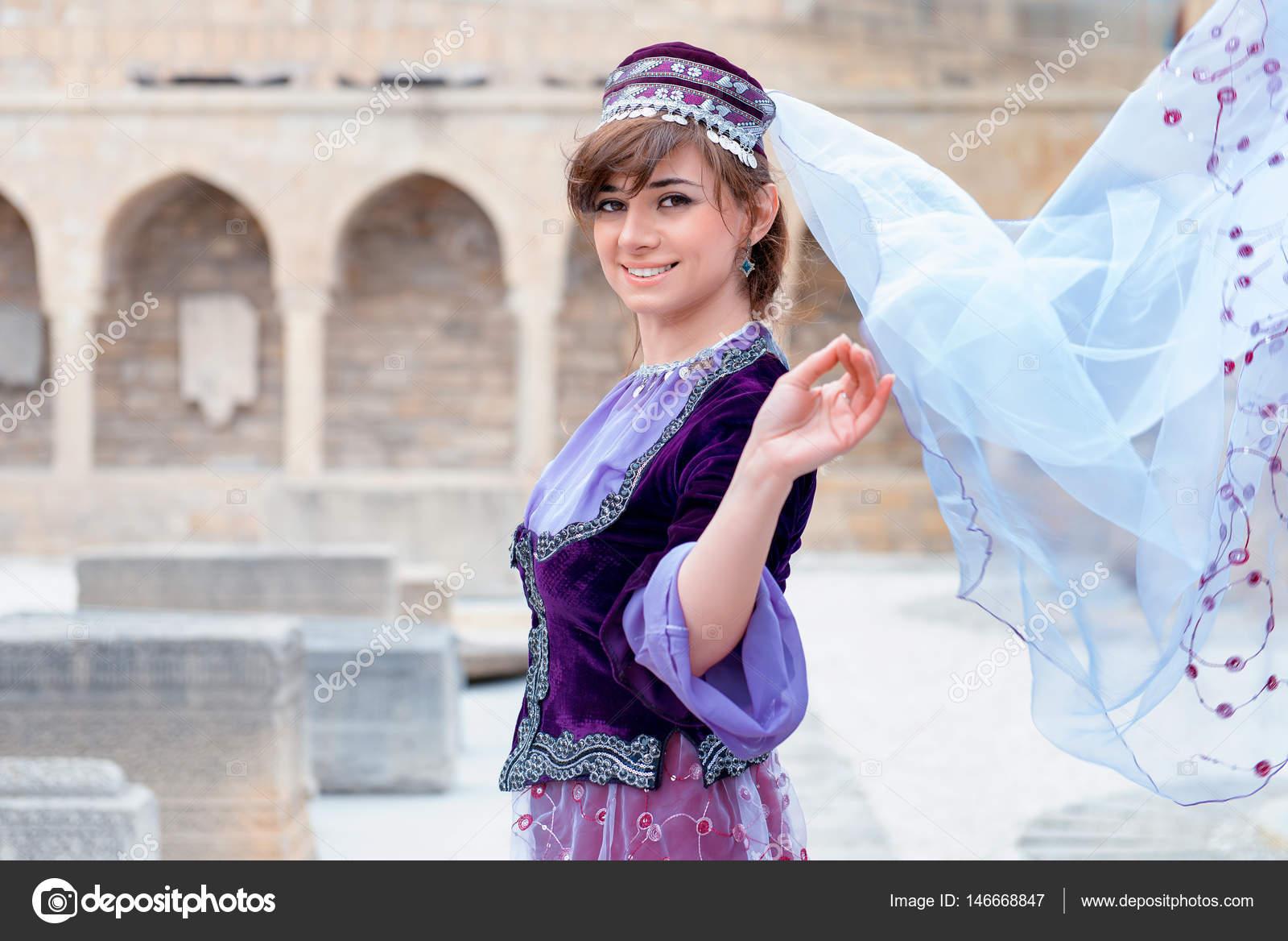 アゼルバイジャンの伝統的な衣装で若いトルコ語アゼルバイジャン語女性. — ストック写真