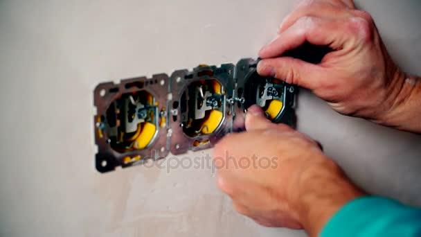 Elektrikář ruce instalovat elektrické zásuvky