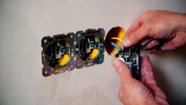 Villanyszerelő kézzel csatlakoztassa egy elektromos csatlakozó vezetékek