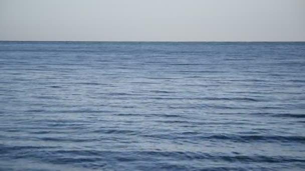 Klidné moře nebo oceán s malými vlnami