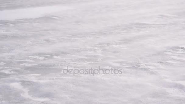 Snow drift na ledě v zimě foukané větrem