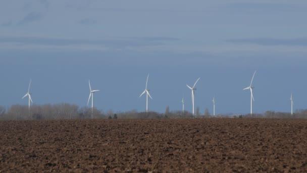 Rotierende Turbinentürme auf Windmühle Feld
