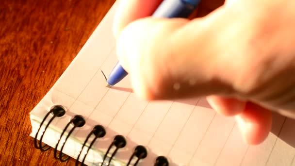 Írás kedves anya, egy egy jegyzettömb golyóstollal.