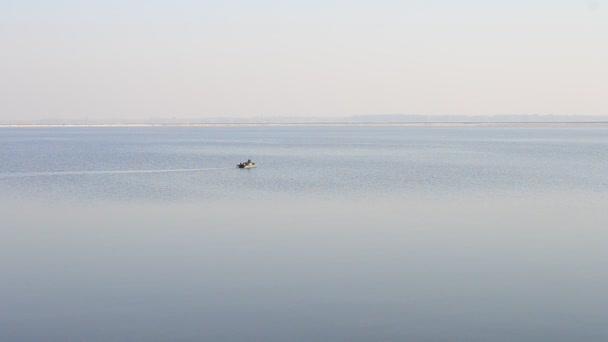 Motoros gumicsónak messze a folyó vagy tó