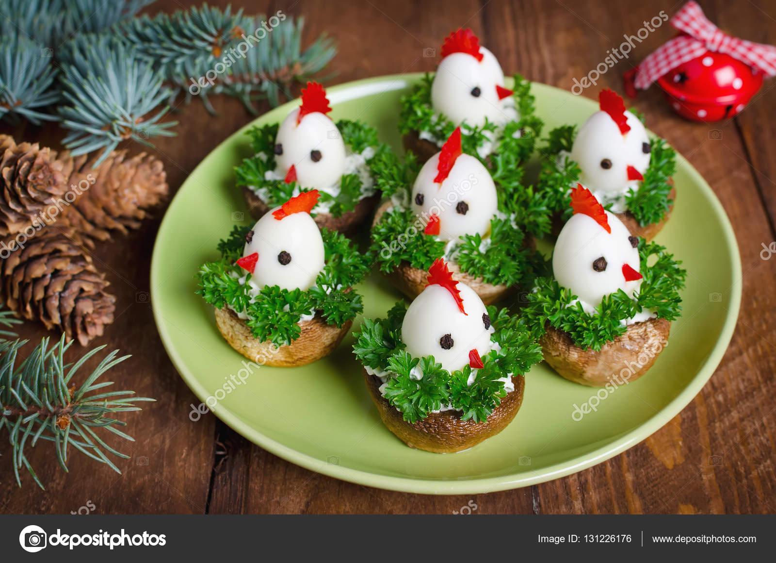 Antipasti Di Natale Divertenti.Divertente Polli Da Uova Sulla Tavola Di Natale Con Il Simbolo
