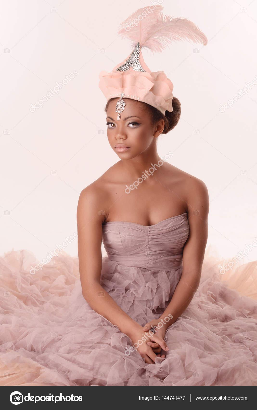 Schöne Mulattin im rosa Kleid — Stockfoto © KarchevskayaZhanna ...