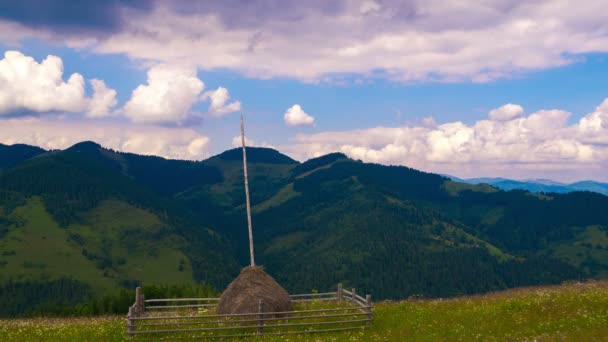 Letní hory krajina s sena a mraky