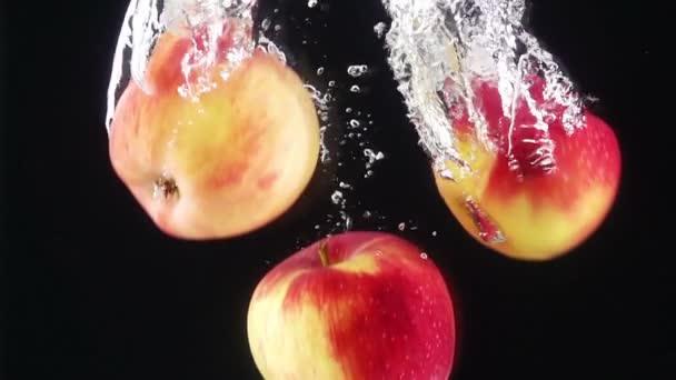 Pečená jablka padající vodou.