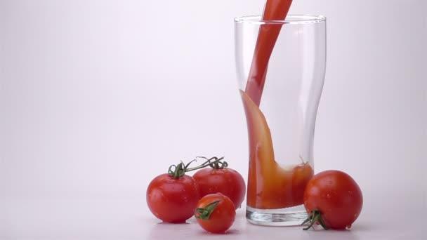 Öntés pohár paradicsomlé.
