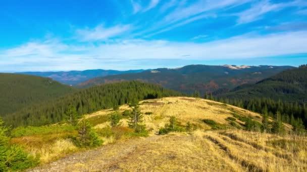 Panorama. Fantastické horské krajiny s mraky a stíny. Timelapse