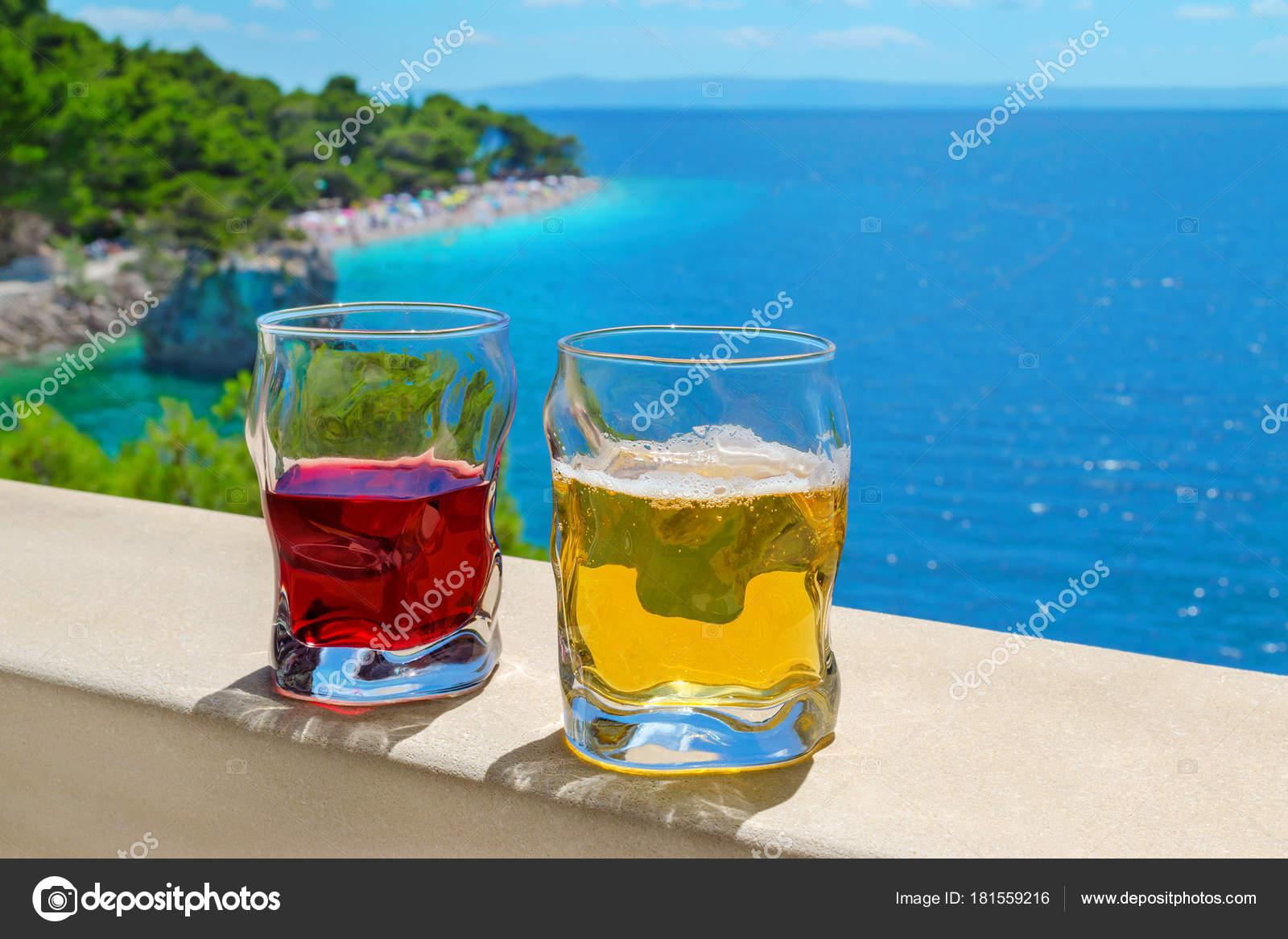 zwei Getränke mit Blick auf Strand Punta Rata in Kroatien brela ...