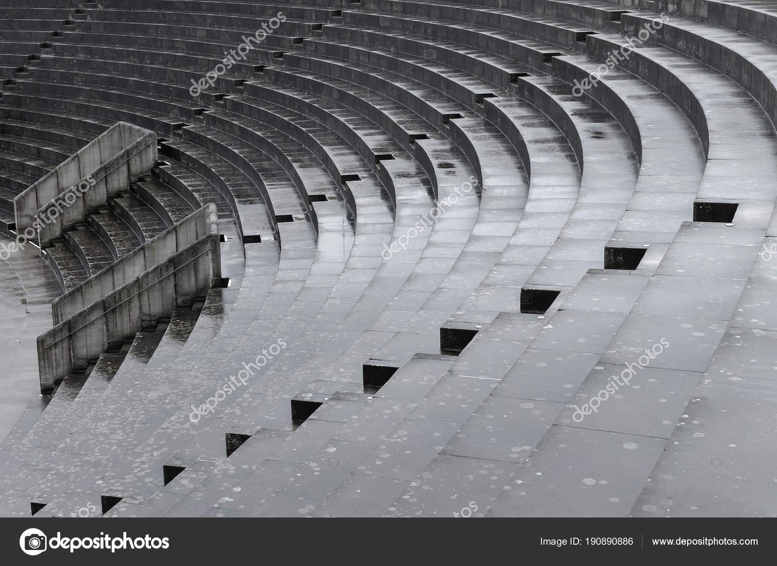 Betonnen trap na regen abstract diagonal u stockfoto
