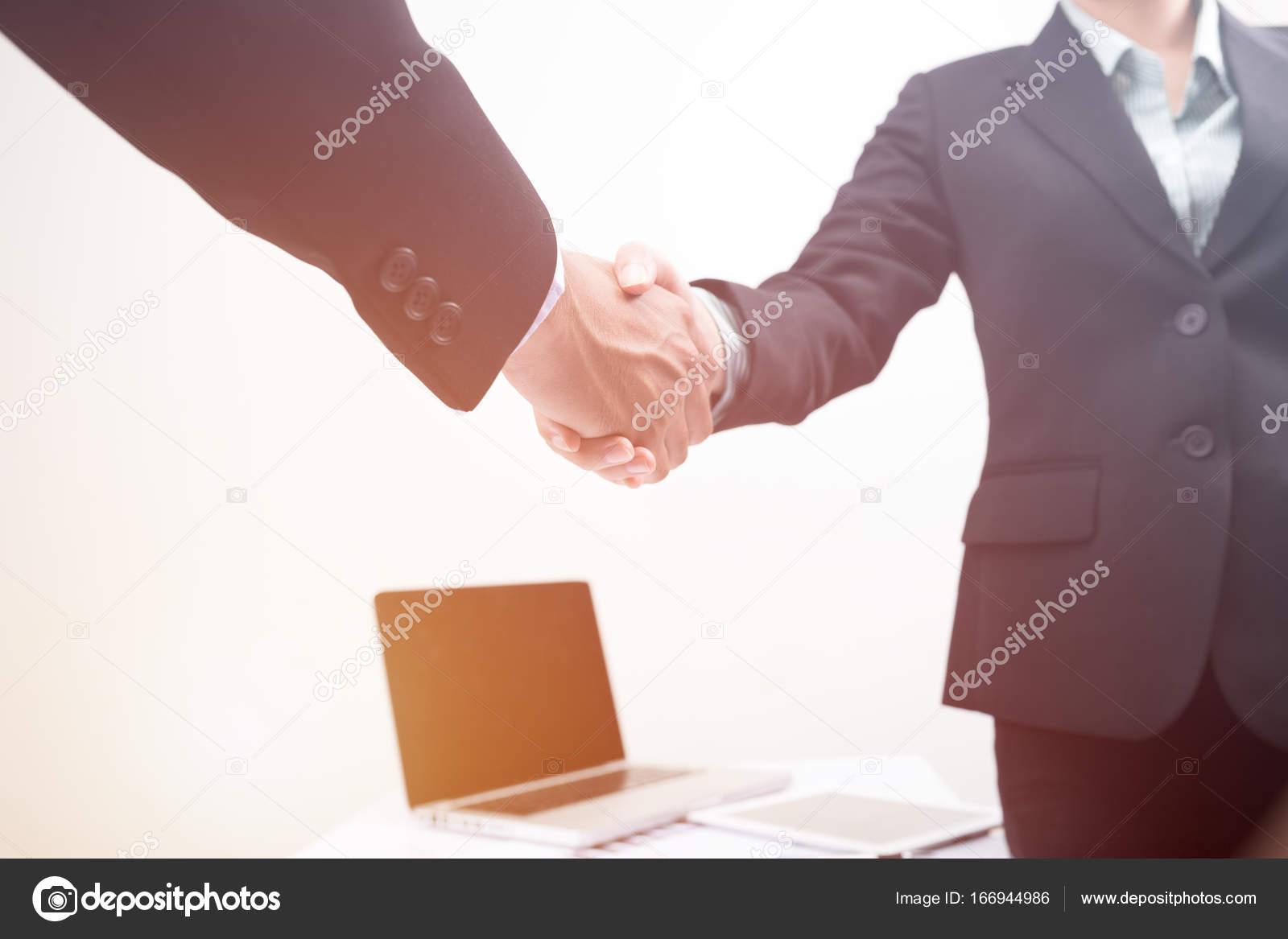 Handshake Geschäftsvereinbarung Partner Business-Mann und Frau ...