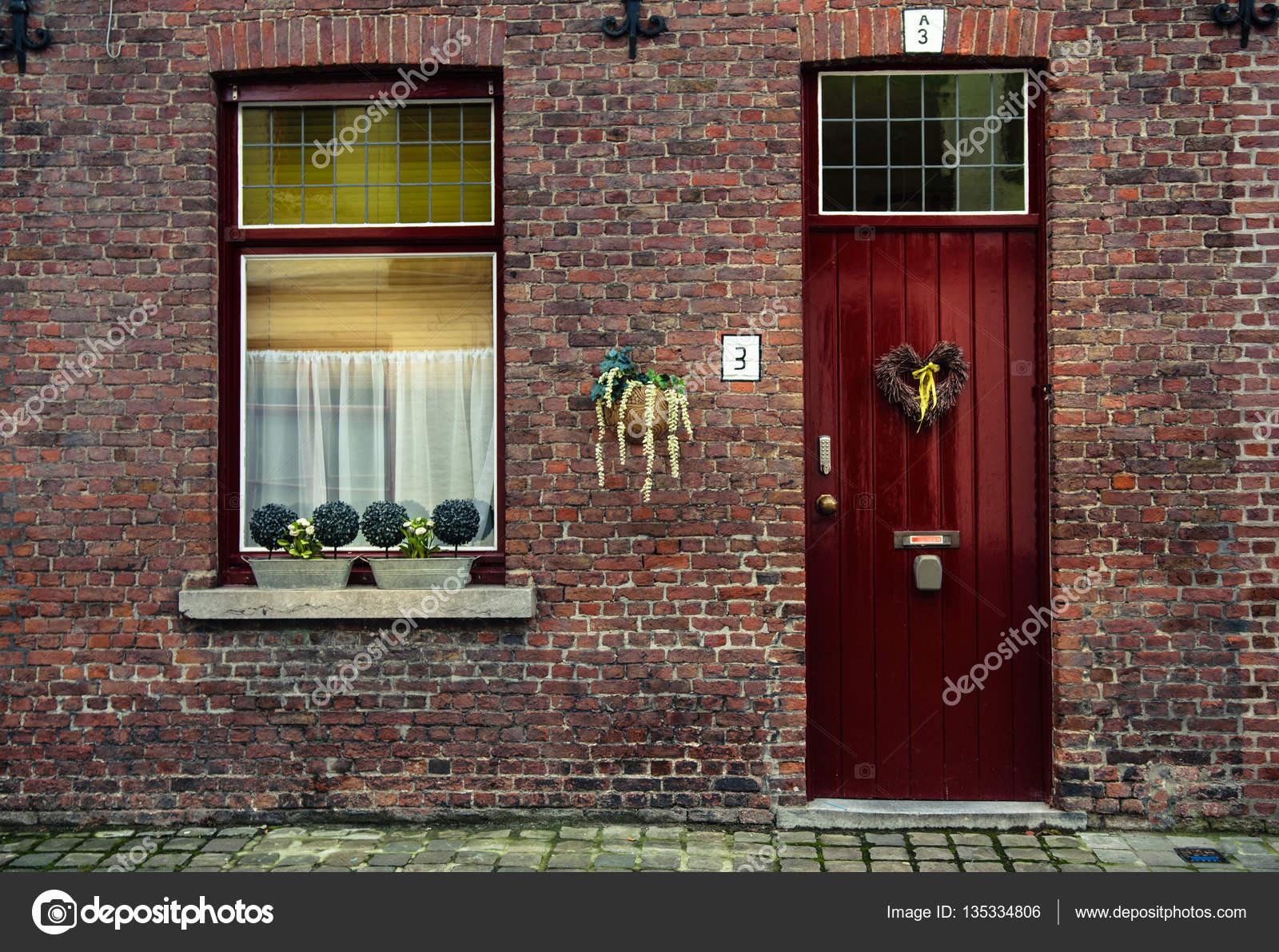 https://st3.depositphotos.com/4106437/13533/i/1600/depositphotos_135334806-stockafbeelding-rode-houten-raam-met-witte.jpg