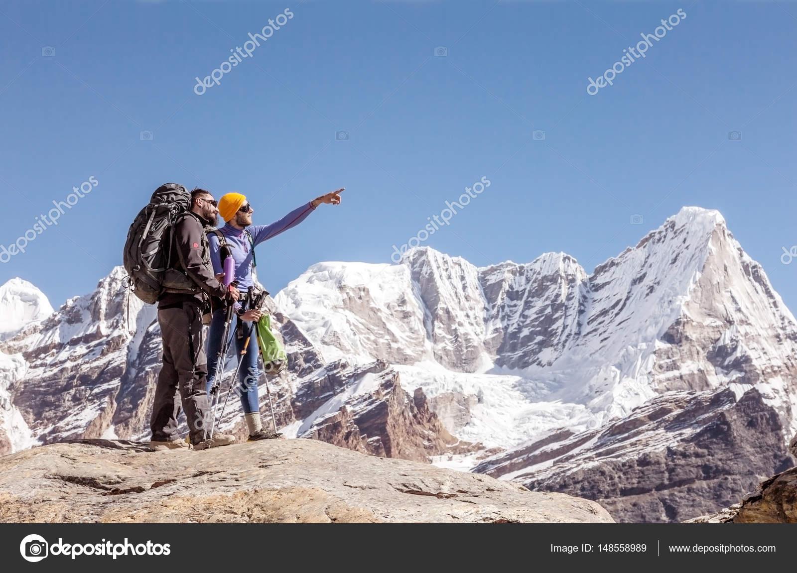 Wander Und Kletterausrüstung : Wanderer mit rucksäcken und kletterausrüstung u stockfoto