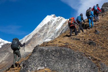 Expedition moving toward high Mountains