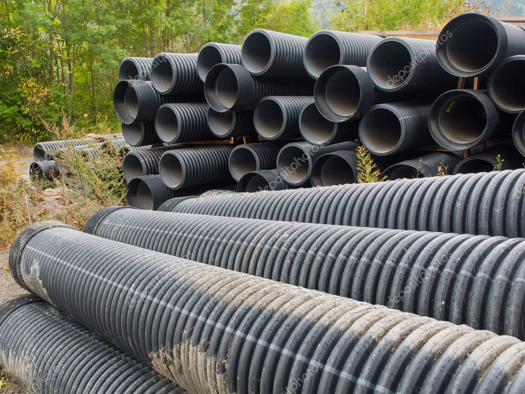 Grupo de grandes tubos corrugados de plástico negro — Fotos
