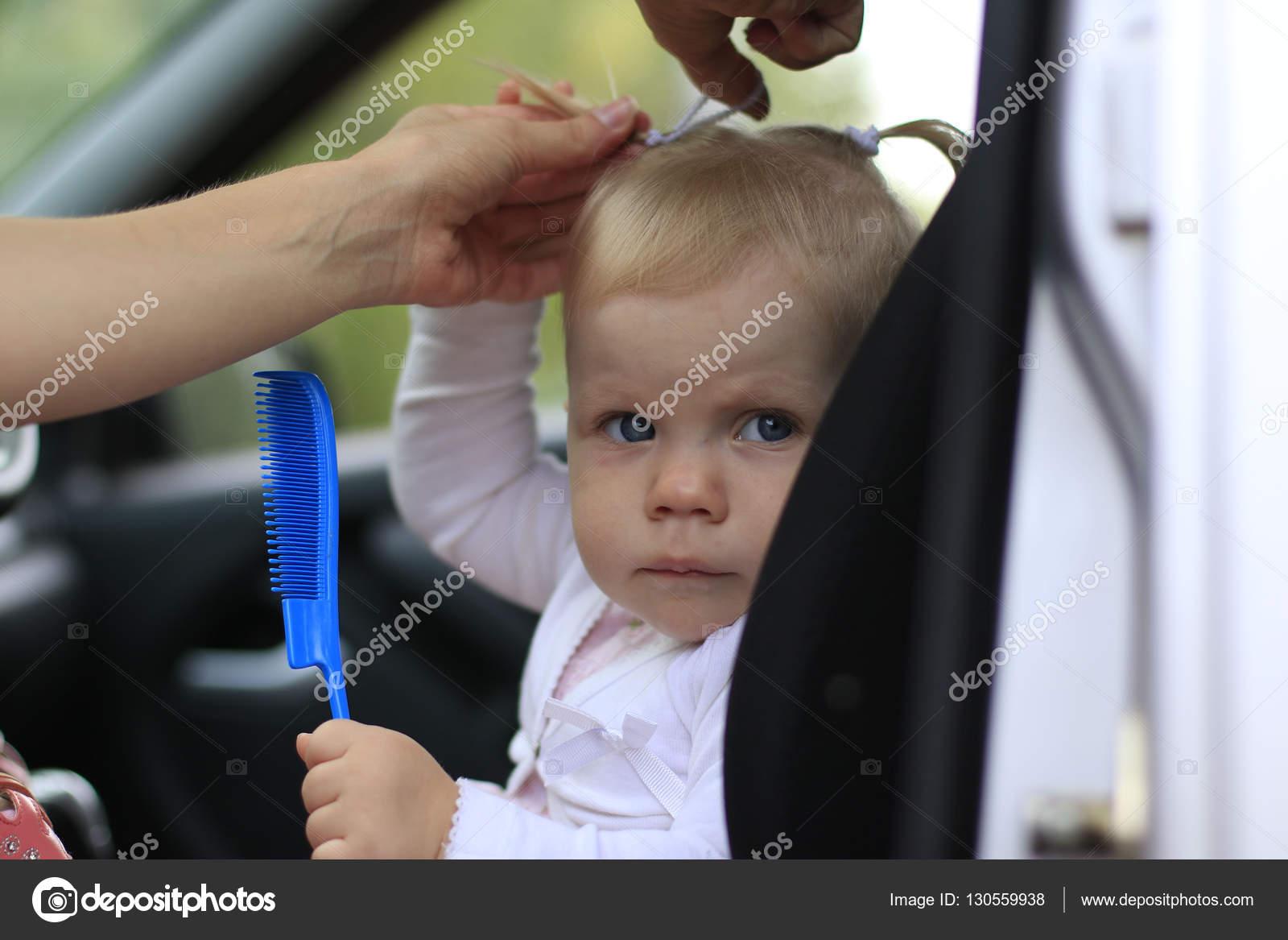 Trauriges Baby In Das Auto Und Die Frauenhand Machen Den Haar St