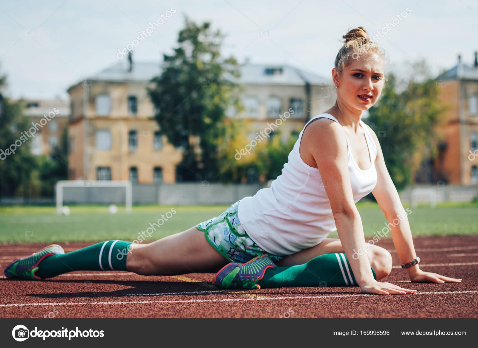 c429805cd64 Αθλήτρια αθλητικές ασκήσεις στο γήπεδο σε μια καλοκαιρινή μέρα — Εικόνα από  ...
