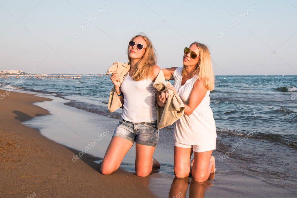 две блондинки на природе пикап