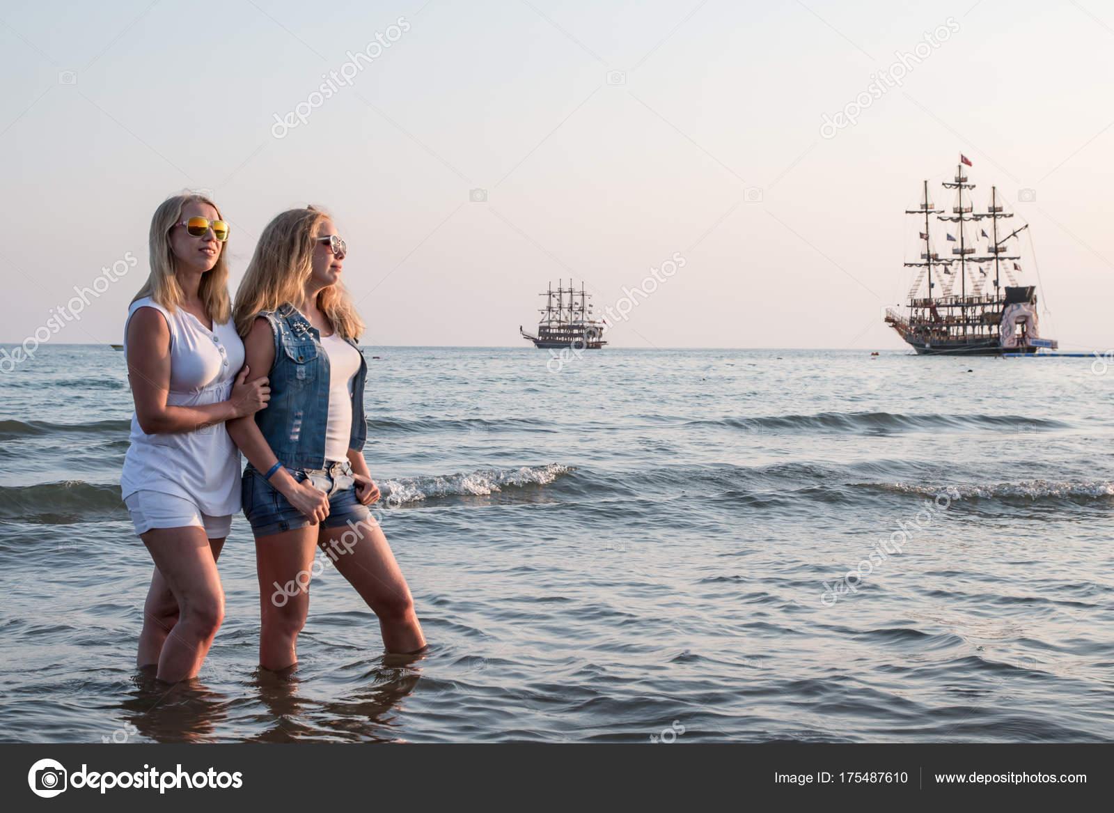 Двое блондинка на пляже — img 2
