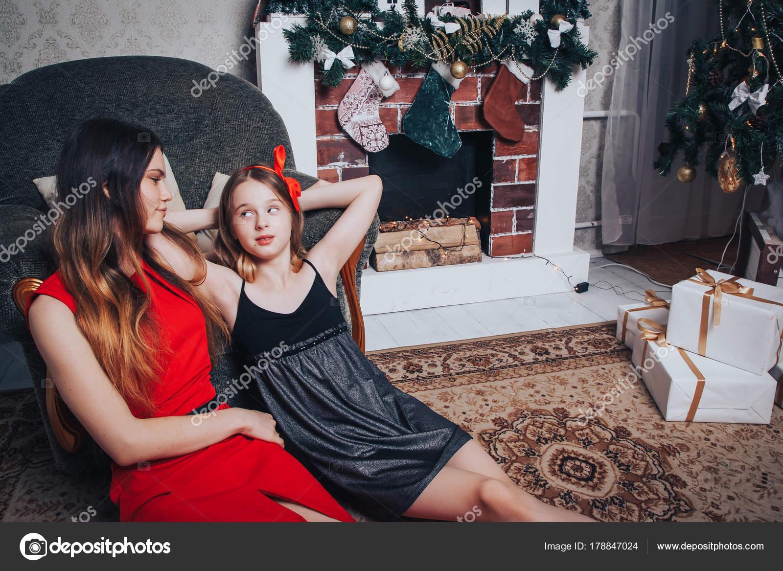 Decorazioni Sala Capodanno : Due ragazze sono sorelle relax e divertimento in una sala decorata