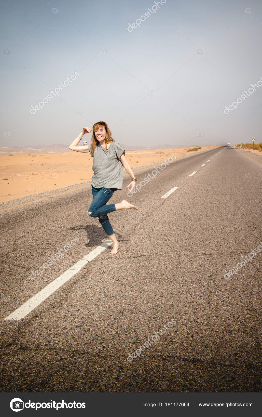 Девушка на пустынной дороге