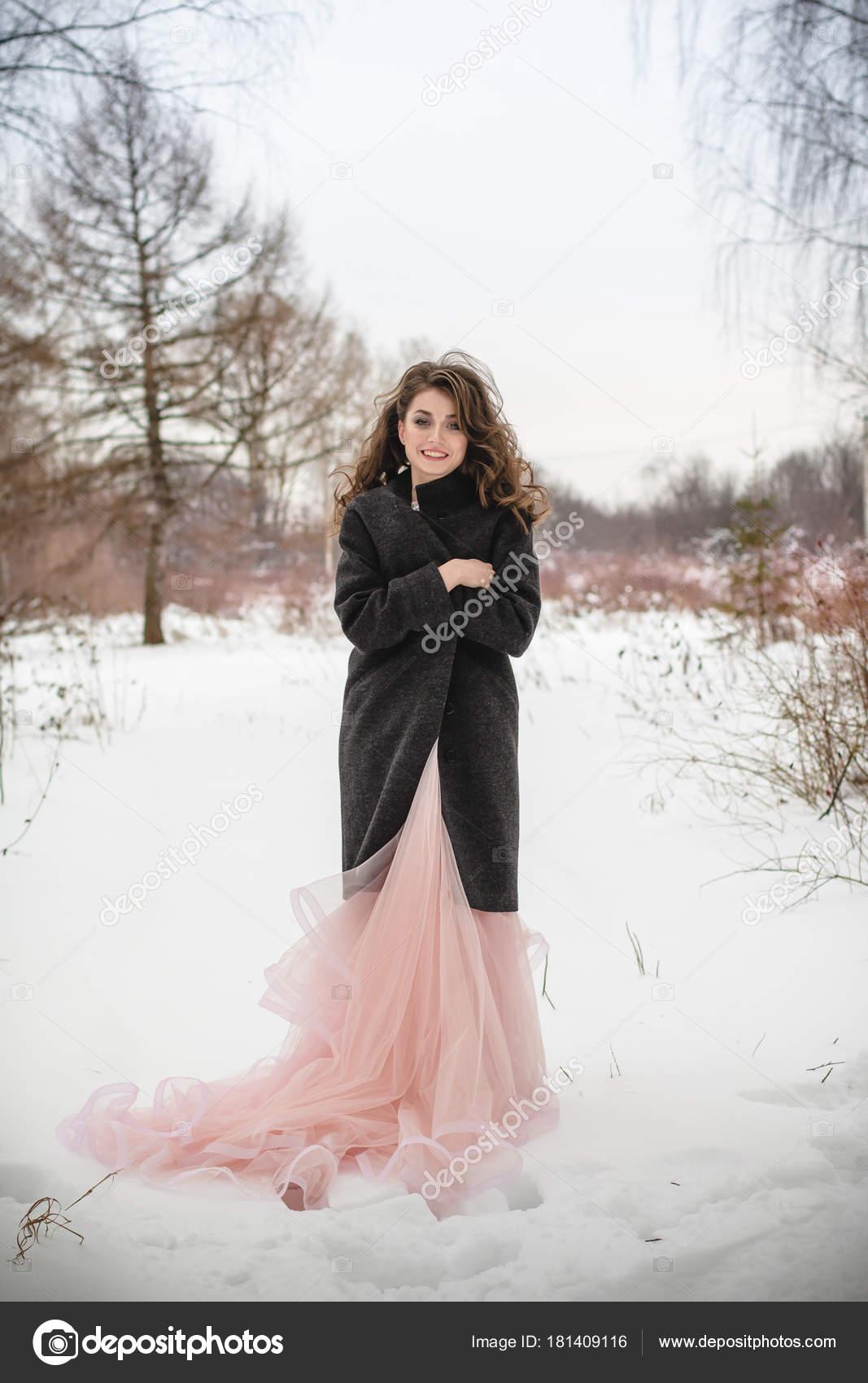 Фото девушки брюнетки в розовом платье — img 3