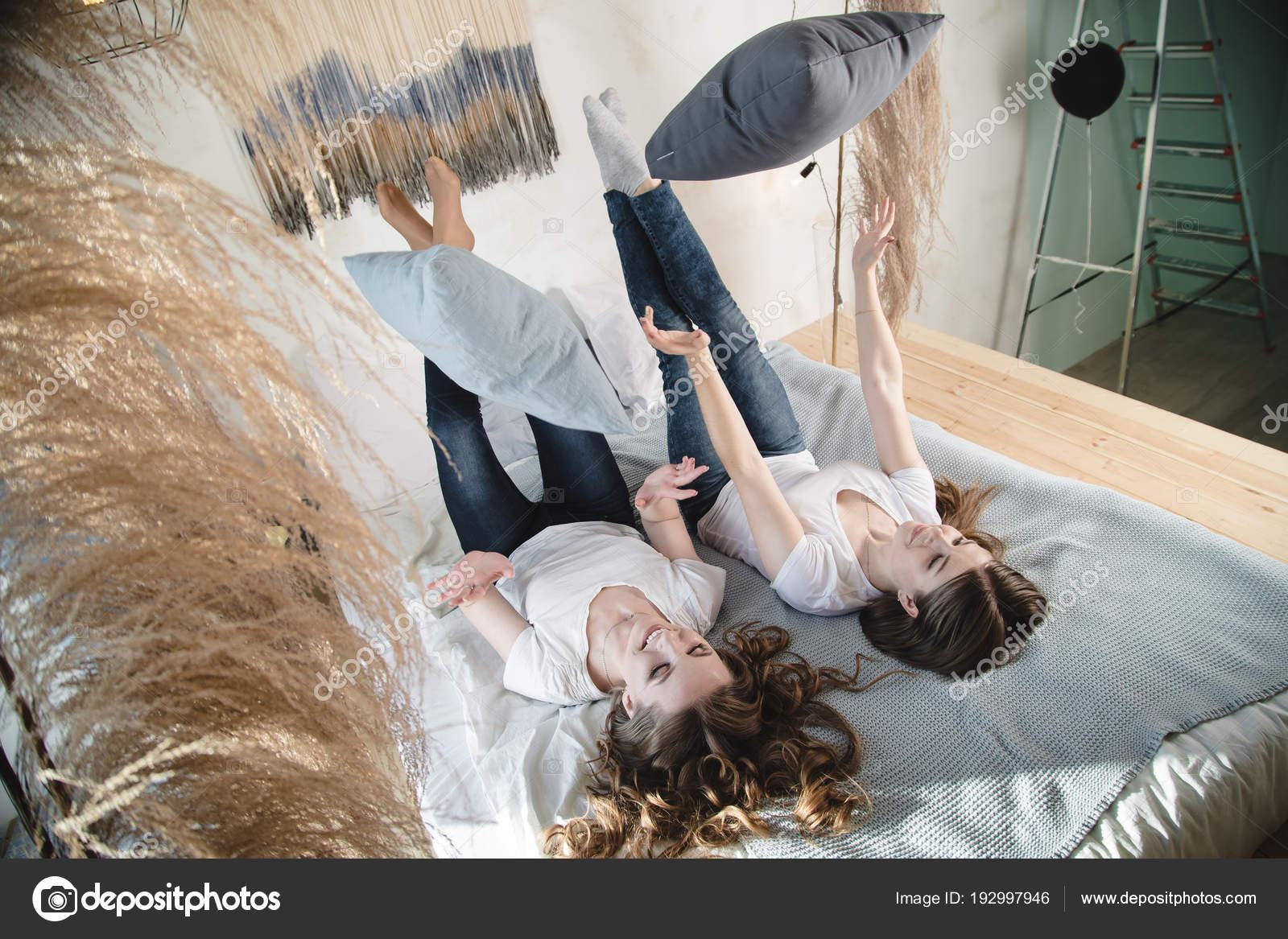 Im Haus sind zwei schöne Freundinnen Spaß. Weibliche Freundschaft ...