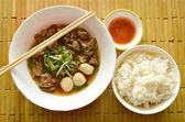 Fotografie paar mit Reis essen Eintopf mit geschmortem Schweinefleisch und pikanter Chili-sauce
