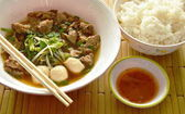 Fotografie geschmortes Schweinefleisch in braune Suppe und pikanter Chili-Sauce Essen paar mit Reis