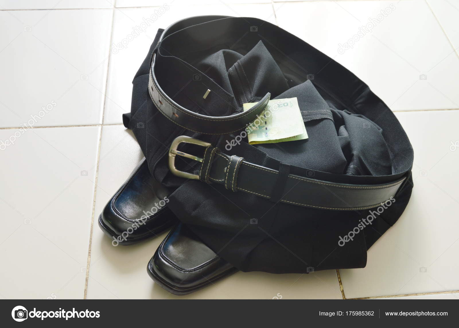 Banconota con bianco business pant e schiuma scarpa sul pavimento