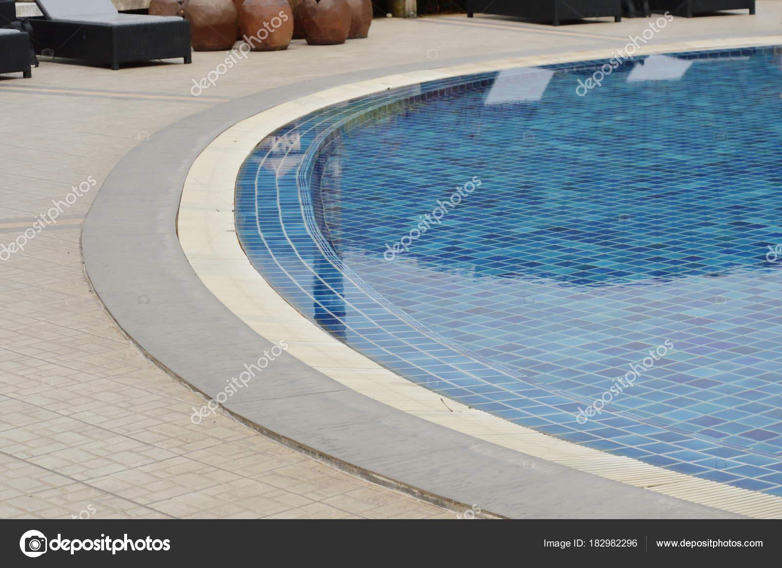 Curva della piscina di mattonelle blu u foto stock pedphoto pm